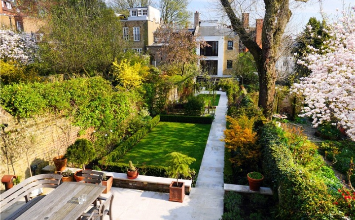 The rear south-facing garden is approximately 125' long and terminates with mews house on Perrins's Walk