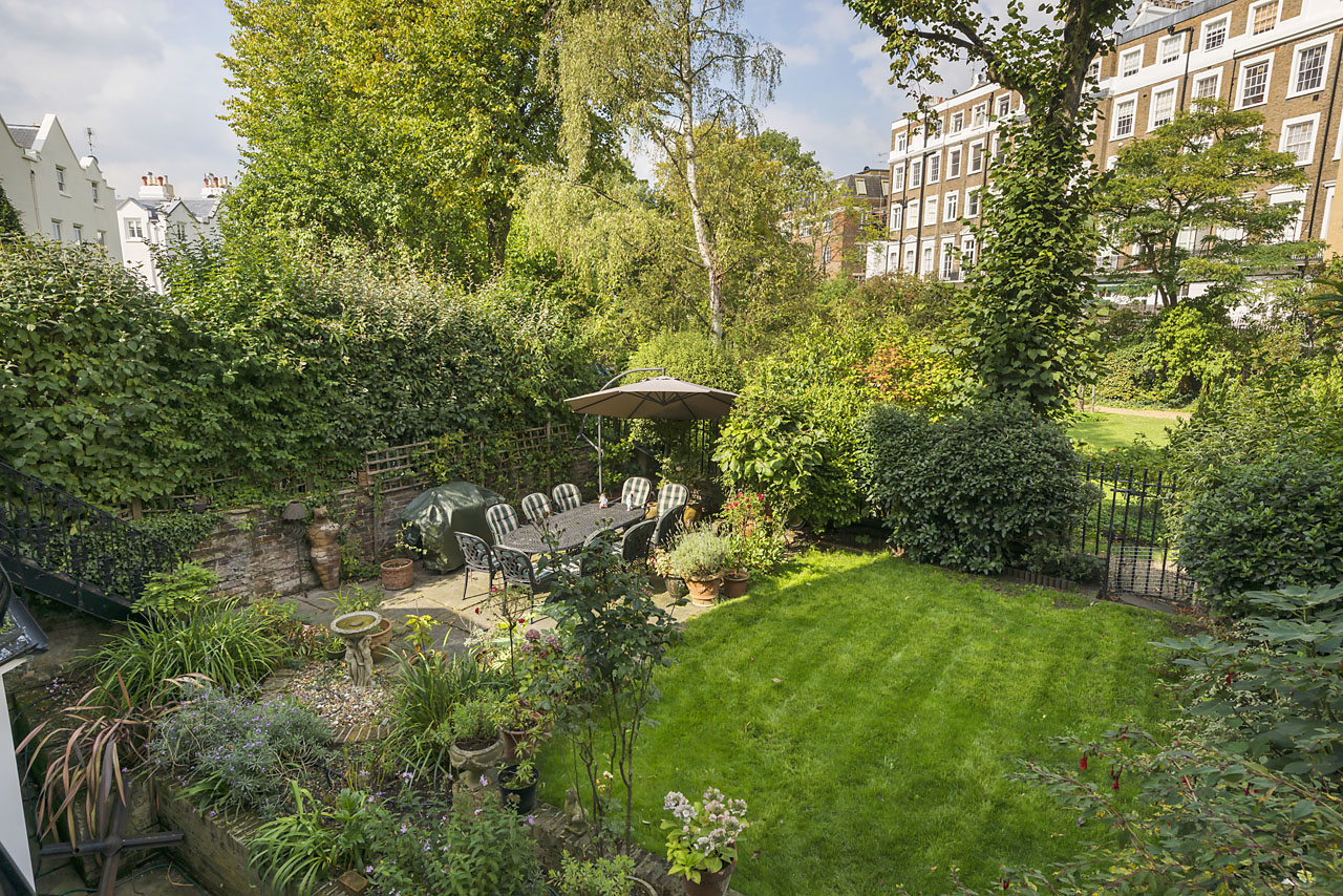 The home benefits from communal gardens to both the front and rear.